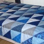 Täcke på säng